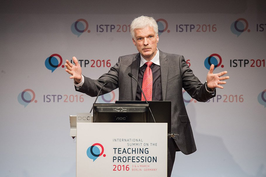Andreas Schleicher, OECD PISA Coordinator, discusses the topic of continued teacher training.