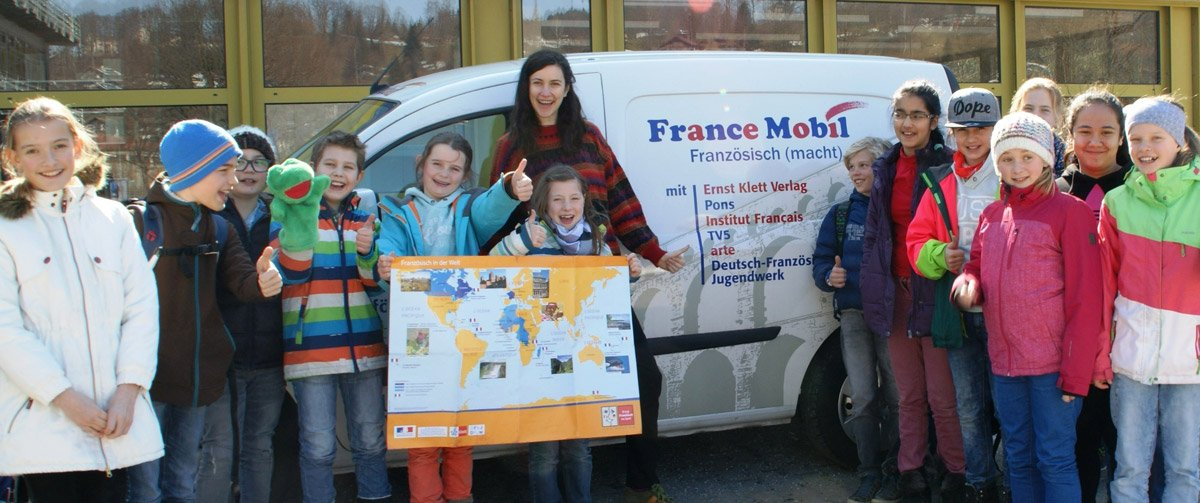 Children infront of the France mobil.