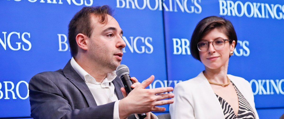 Yascha Mounk, Senior Fellow am SNF Agora Institute, und Brookings Fellow Alina Polyakova